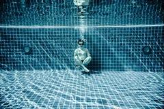 Personen liegt unter Wasser in einem Swimmingpool Lizenzfreies Stockbild