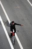 Personen rider en cykel i Moskva royaltyfria foton