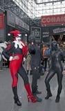 Personen som bär den Harley Quinn dräkten med andra på NY-komiker, lurar Arkivfoto