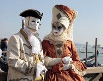 Personen in Venetiaans masker en romantische kostuums, Carnaval van Veni Stock Foto's