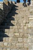 Personen, welche oben die Treppe klettern stockbild