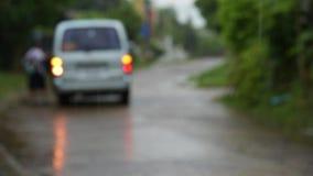 Personenauto in de regen stock footage