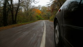 Personenauto die zich langs Windende Weg in de Herfst bewegen stock video
