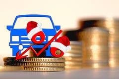 Personenauto en rood percententeken op een achtergrond van geld Royalty-vrije Stock Afbeeldingen