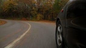 Personenauto het Drijven langs Windende Weg in de Herfst stock footage