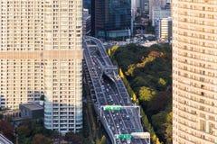 Personenauto's en bussen die op Metropolitaans lopen royalty-vrije stock fotografie