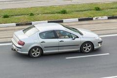 Personenautozilver in de stad stock foto