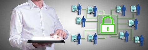 Personendatensicherheitskonzept mit dem Mann, der eine Tablette verwendet Lizenzfreie Stockbilder