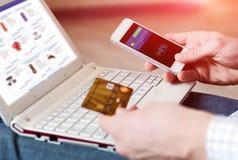 Personeneinkaufen, das bewegliche Zahlung mit Telefon leistet Stockfotos