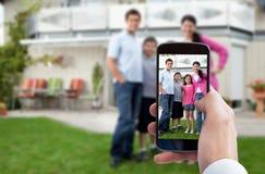 Personenhand, die Familienfoto macht Lizenzfreie Stockbilder