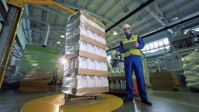 Personenkontrollarbeit einer Verpackungsmaschine, automatisierte Technologie stock footage