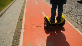 Personenvervoer segway, omzettend aan het werk, milieuvriendelijk vervoer, moderne voertuigen stock videobeelden