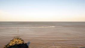 Personenvervoer wakeboard op overzees, die kabel houden aan straalski wordt gebonden stock video