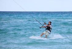 Personenvervoer zijn kiteboard. stock fotografie