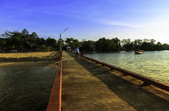 Personenvervoerfiets op de brug met mooie zonsondergang Stock Foto's