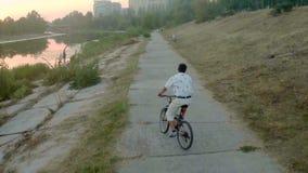 Personenvervoerfiets in parksteeg dichtbij rivier, luchtschot stock video