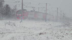 Personenzug, der auf die Eisenbahn im Winter kommt stock footage