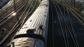 Personenzug, der vorbei überschreitet stock video
