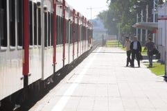 Personenzug kommt an. Lizenzfreie Stockfotos