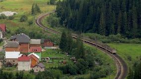 Personenzugfahrten durch die Waldzeitspanne stock footage