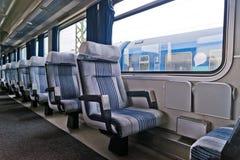 Personenzuginnenraum mit leerem isst Stockbild