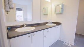 2 personer för mosaik för blå idérik för design för badrum för bad som 3d tom inre spegel för lampa moderna framför hyllor, sink  lager videofilmer