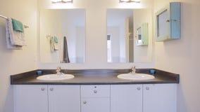2 personer för mosaik för blå idérik för design för badrum för bad som 3d tom inre spegel för lampa moderna framför hyllor, sink  arkivfilmer