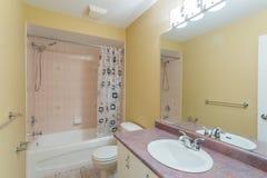 2 personer för mosaik för blå idérik för design för badrum för bad som 3d tom inre spegel för lampa moderna framför hyllor, sink  Royaltyfri Bild