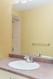 2 personer för mosaik för blå idérik för design för badrum för bad som 3d tom inre spegel för lampa moderna framför hyllor, sink  Arkivfoton