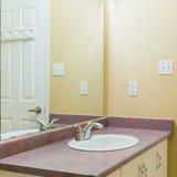 2 personer för mosaik för blå idérik för design för badrum för bad som 3d tom inre spegel för lampa moderna framför hyllor, sink  Royaltyfria Foton