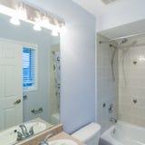 2 personer för mosaik för blå idérik för design för badrum för bad som 3d tom inre spegel för lampa moderna framför hyllor, sink  Royaltyfria Bilder