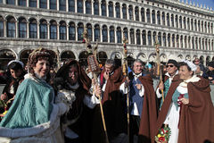 Personer i Franciscan munkkarnevaldräkt på San Marco Square royaltyfri fotografi
