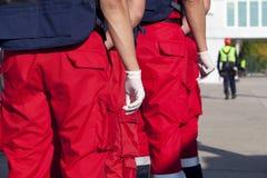 Personer med paramedicinsk utbildning som är klara att hjälpa Royaltyfri Fotografi