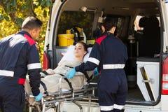Personer med paramedicinsk utbildning som transporterar patienten Arkivfoton