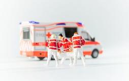 Personer med paramedicinsk utbildning transporterar en patient royaltyfri foto