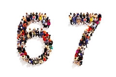 Personer som bildar formen som en 3d nummer sex 6 och (7) symbol sju, på en vit bakgrund Arkivfoton
