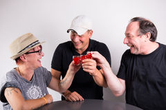 3 personer som klirrar exponeringsglas arkivbilder
