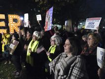 Personer som protesterar, som önskar att spara Mueller på Lafayette, parkerar royaltyfria bilder