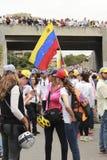 Personer som protesterar som deltar i händelsen, kallade modern protesterar allra i Venezuela mot den Nicolas Maduro regeringen Royaltyfria Bilder