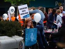 Personer som protesterar för Thomas Bennet Community College Budget Cuts arkivfoto