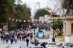 Personer som protesterar i Algiers arkivbild