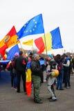 Personer som protesterar i Bucharest, Rumänien Arkivfoto