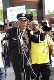Personer som protesterar i Ferguson, MO Arkivfoton