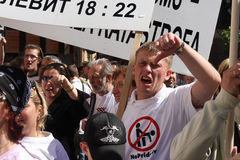Personer som protesterar i glad stolthet i Riga 2008 Arkivfoto