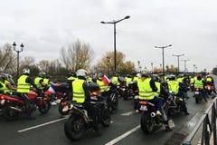 Personer som protesterar i gul västmotorcykel mot förhöjningskatter på bensin och diesel- introducerad regering av Frankrike arkivfoton