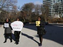 Personer som protesterar marscherar mot polisbrutalitet och åtalsjurybeslut på det Eric Garner fallet på storslagen arméPlaza i B Royaltyfri Foto