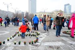 Personer som protesterar med blommor i Bucharest, Rumänien Arkivfoto