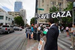 Personer som protesterar med det räddningGaza tecknet Royaltyfria Foton
