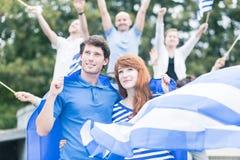 Personer som protesterar med flaggan av Grekland Fotografering för Bildbyråer