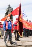 Personer som protesterar med flaggor arkivfoto